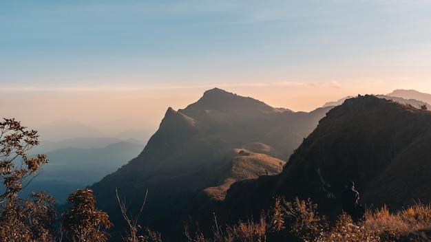 夕日の山と青空