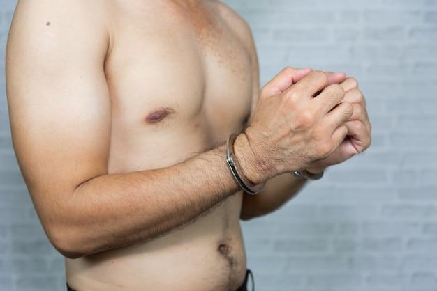 手錠で男の囚人の肖像画