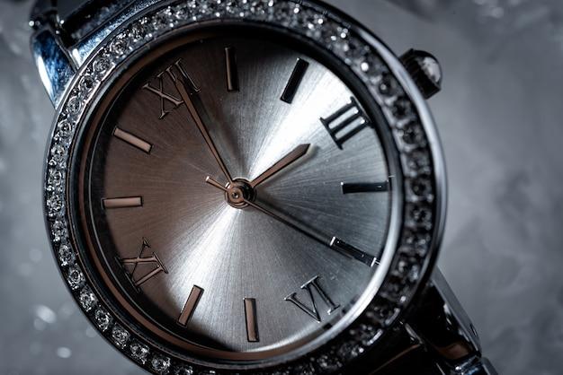 黒の背景にダイヤモンドを持つ女性時計