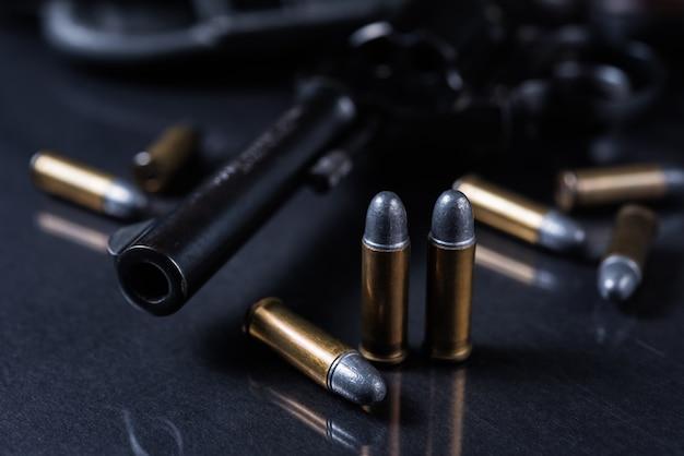 銃を黒の背景に
