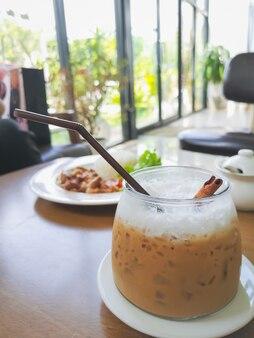 カフェのテーブルの上のアイスコーヒー