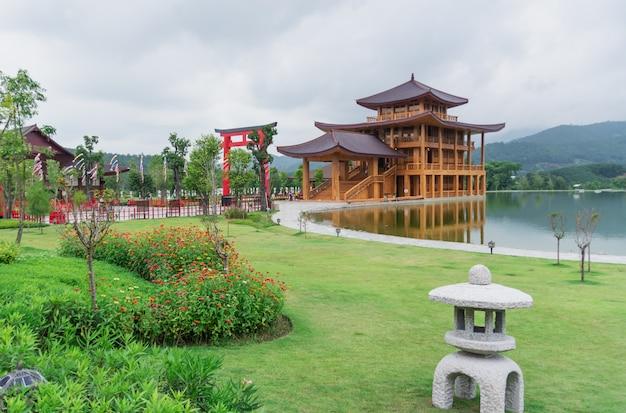 湖の近くの日本の建築