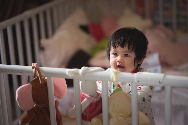 子供の障壁でかわいい赤ちゃんの肖像画