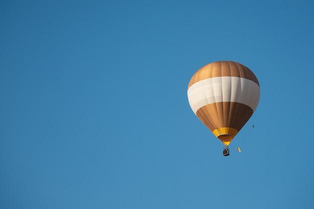 気球飛行と青い空