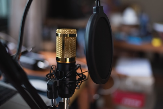 音楽スタジオ、音楽のコンセプトでマイクのクローズアップ