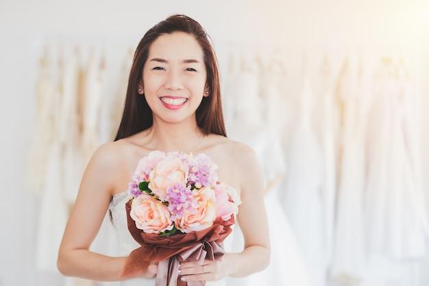 肖像画アジアの女性結婚式のファッションストアで陽気な幸福
