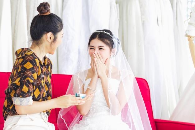 結婚式ファッションショップで働くアジアのデザイナー