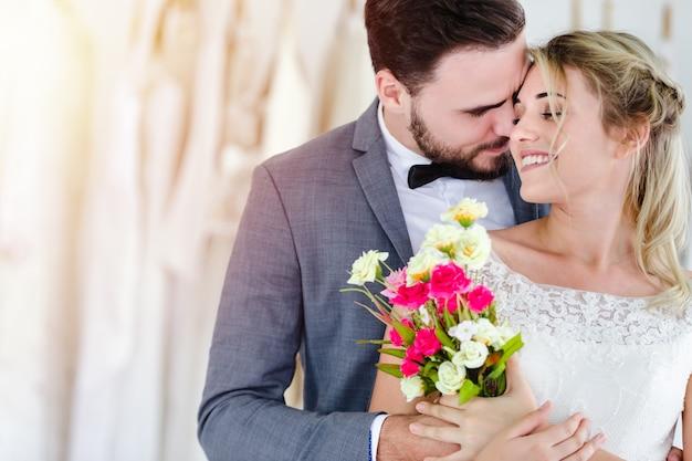スタジオショップで美しい肖像画モデルの結婚式のカップル
