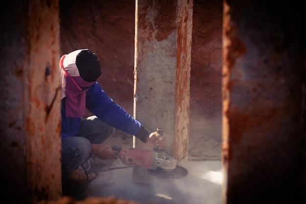 電動のこぎりコンクリートを切断産業建設労働者男性労働者