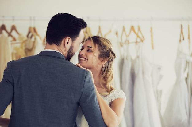 スタジオショップ画像ビンテージスタイルのトーンで美しいモデルの結婚式のカップル