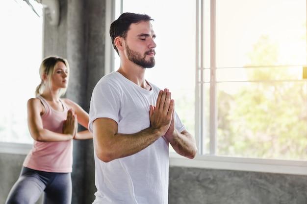 若い女性と男性のジムでのライフスタイル健康体トレーニング