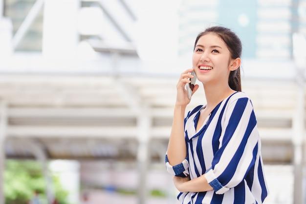 Деловая женщина разговаривает по смартфону
