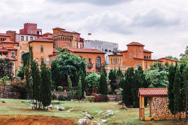 美しい街の景観の駐車場カオヤイナコーンラーチャシーリマのイタリアンスタイルのトスカーナバレー