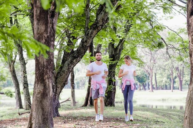 美しいカップルの公園生活でジョギング
