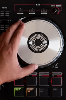 ターンテーブルビニールレコードプレーヤーで音楽を再生する
