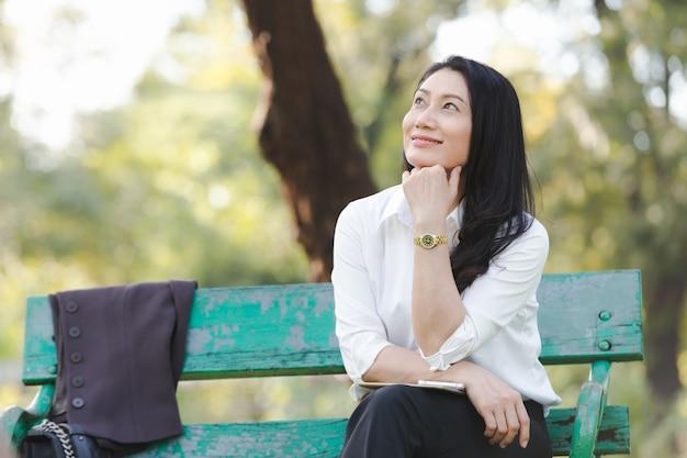公園で美しいビジネス女性