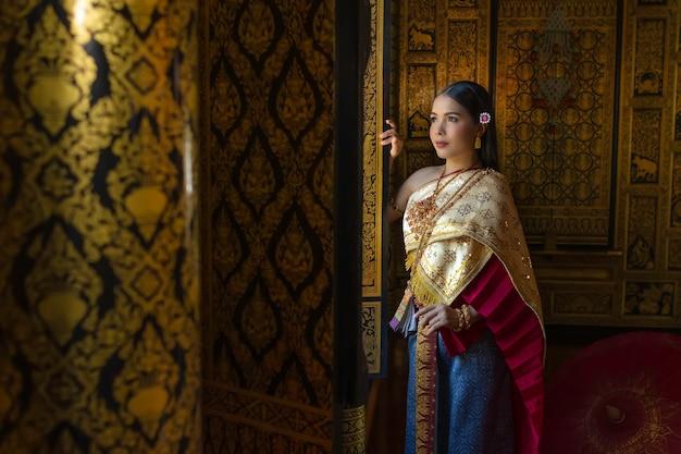 美しい女性タイの女の子が伝統的なタイ衣装で手蓮を保持しています。