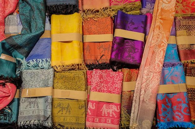 店内の伝統的なタイのシルク布
