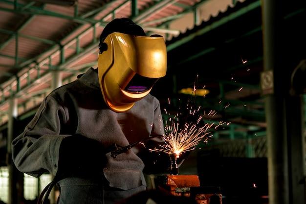 職人が加工鋼で溶接している