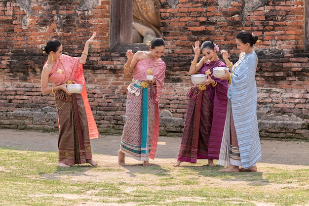 タイの文化しぶき水を演奏するタイの女の子とタイの女性