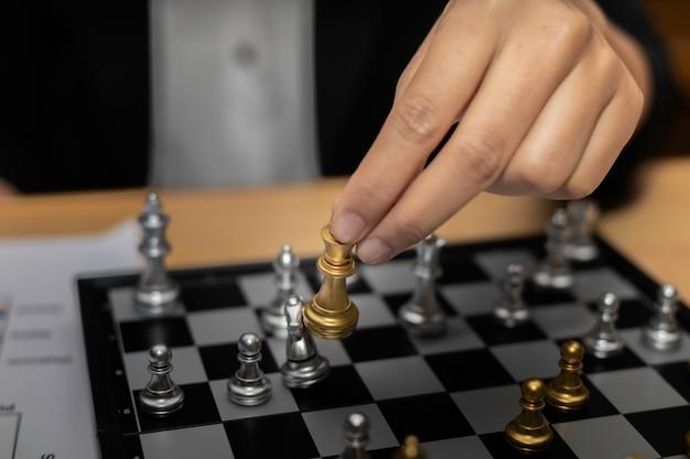 Концепция стратегии бизнеса шахмат бизнес-леди финансовая.