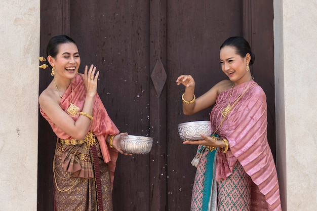 Тайская культура. тайские девушки и тайские женщины играя брызгать воду во время.