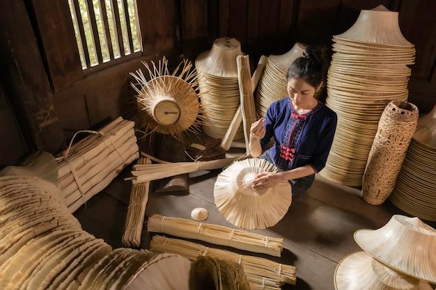 手作りバスケットを編む若い女性