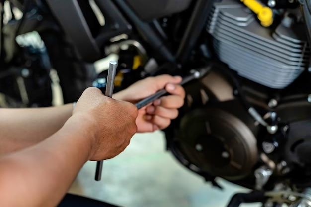Механик ремонтирует мотоцикл