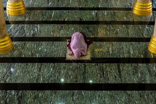 祈るイスラム教徒の女性