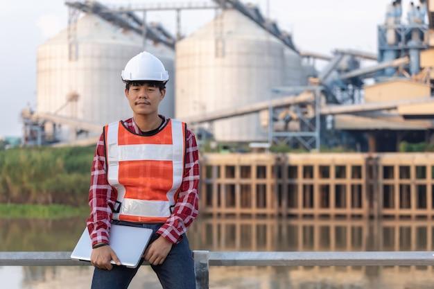 エンジニアは、高層ビルを建設するためのサイト計画の構築に取り組んでいます。エンジニアの建物のコンセプト。