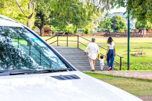 公園の幸せな家族。父、母、子供の公園への反抗。ファミリー概念。