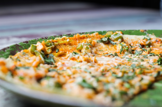 緑の皿に自家製ピザ