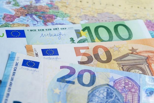 ヨーロッパの世界世界地図上のユーロ紙幣。