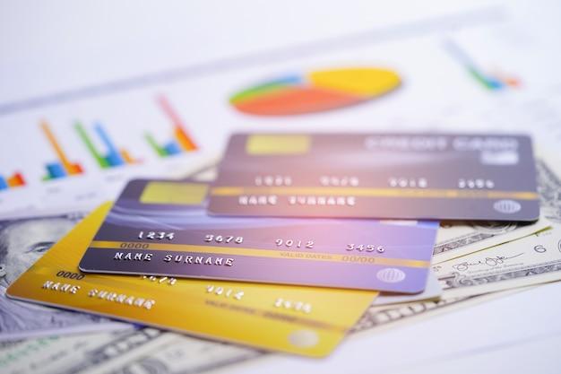 チャートおよびグラフのスプレッドシート用紙上のクレジットカードモデル。