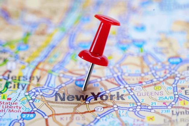 Дорожная карта нью-йорка с красной канцелярской кнопкой