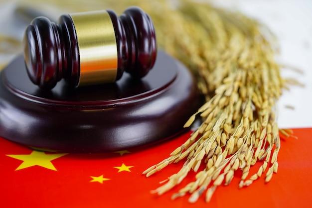 中国の旗と農業農場からの金粒の裁判官のハンマー。