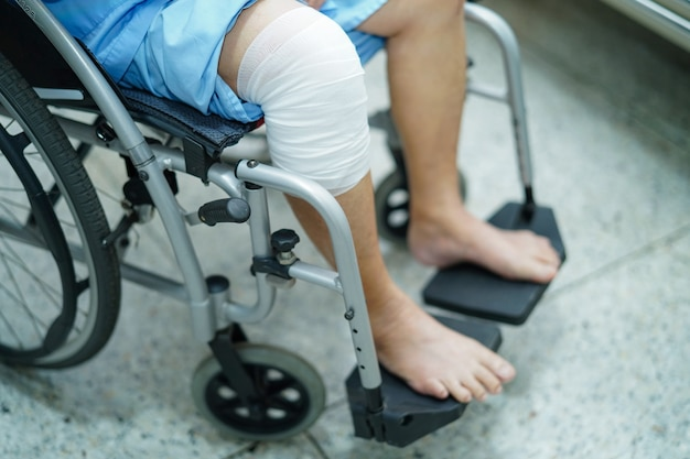 病院で車椅子のアジアの年配の女性患者。