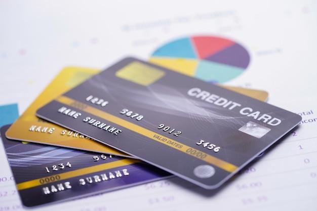 グラフ用紙上のクレジットカードモデル。