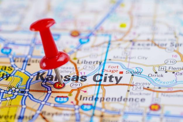 Дорожная карта канзас-сити, америка с красной канцелярской кнопкой.