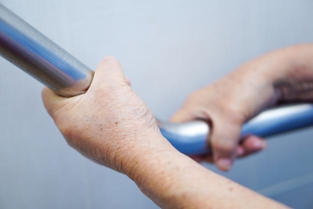 Пожилая женщина леди женщина использовать туалет ручка безопасности в больнице медсестер