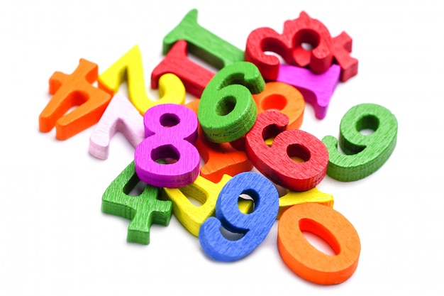 白地にカラフルな数学番号。