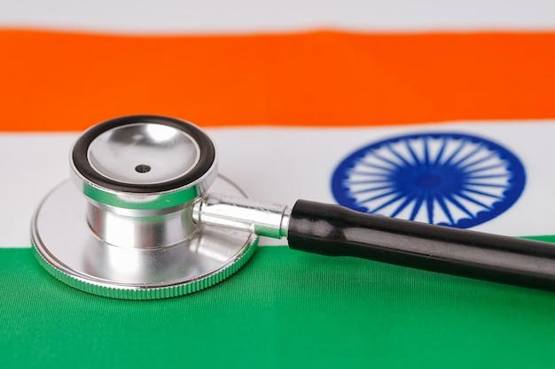 インドの旗の背景に黒の聴診器。