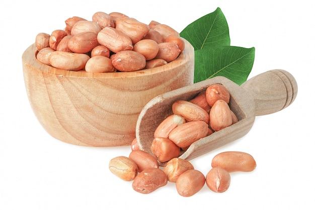 Арахис в семенах зерна деревянного дуновения естественных изолированных на белой предпосылке с путем клиппирования.