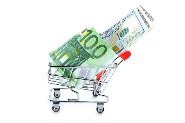 買い物カゴのユーロおよび米ドル紙幣:財務コンセプト