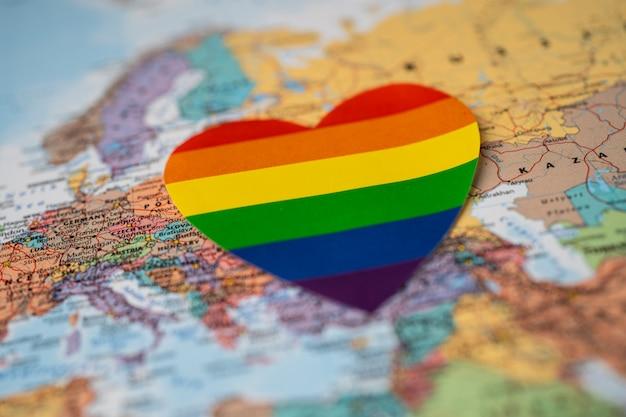 ヨーロッパの世界地図上の虹色のハート