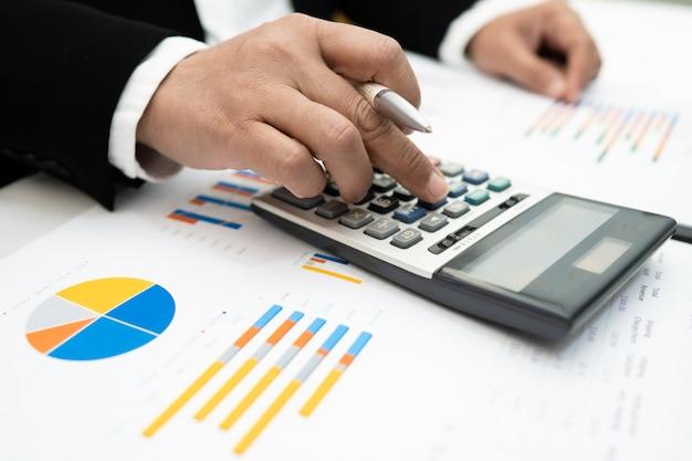 Азиатский бухгалтер работает и анализирует финансовые отчеты проекта учета