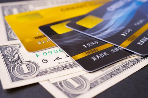 米ドル紙幣の背景にクレジットカード