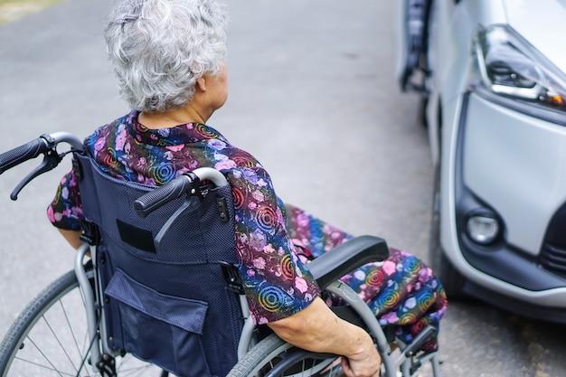 アジアの高齢者、年配の女性の女性の患者が車椅子に座っている