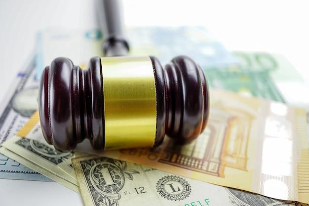 ユーロと米ドル紙幣の判決ハンマー
