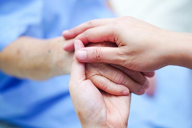 手を保持して愛、ケア、奨励、アジアの高齢者または高齢の老婦人患者。